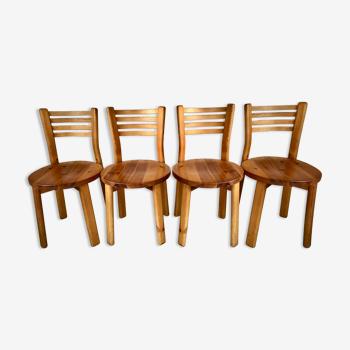 Suite de 4 chaises en pin massif dans l'esprit de Rainer Daumiller, circa 1970.