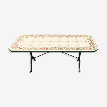 Table en fonte et carrelage