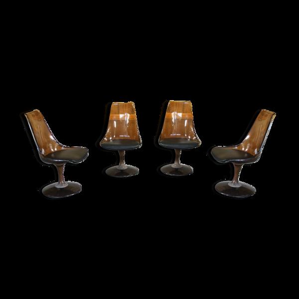 Quatre chaises pivotantes - piètement métal - coque en plexi brun fumé - assise en skaï noir
