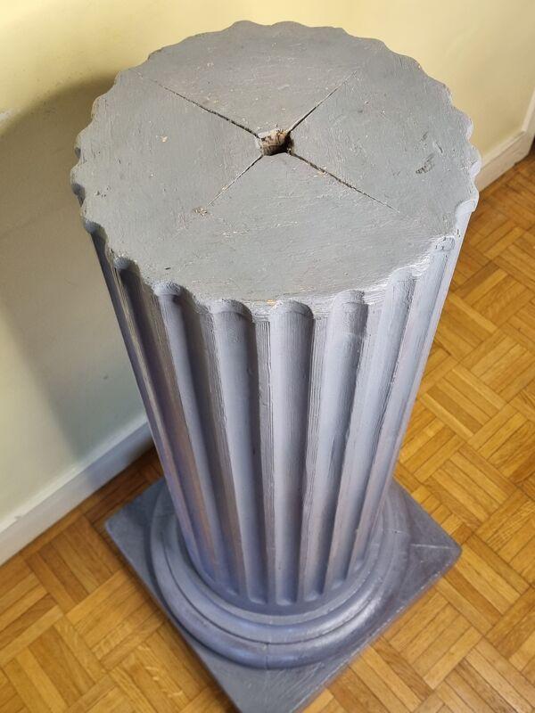 Pied de colonne ionique monumental en bois peint, 96 cm