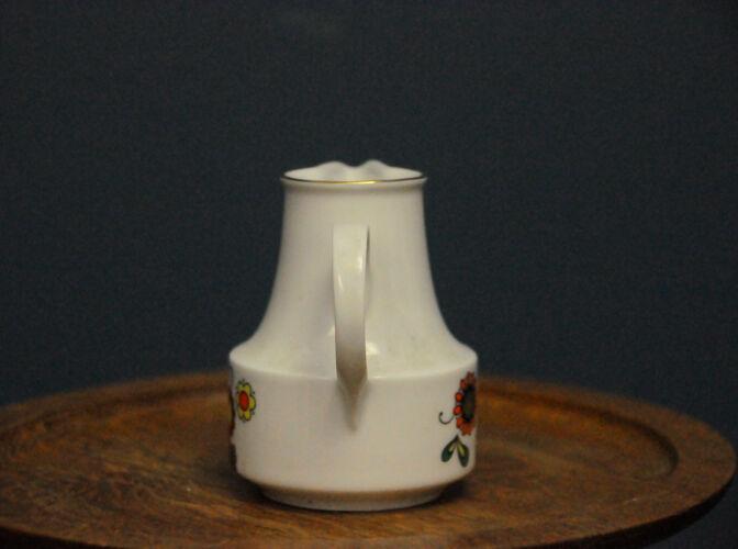 Pot à lait signé Porzellanfabrik Henneberg