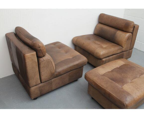 Ensemble de 2 chauffeuses et repose-pieds en cuir de buffle des années 1970