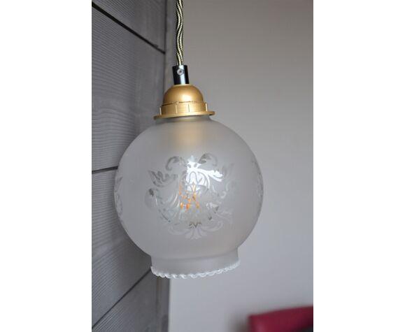 Lampe baladeuse globe en verre dépoli blanc motifs feuilles d'acanthe – cordon noir et or