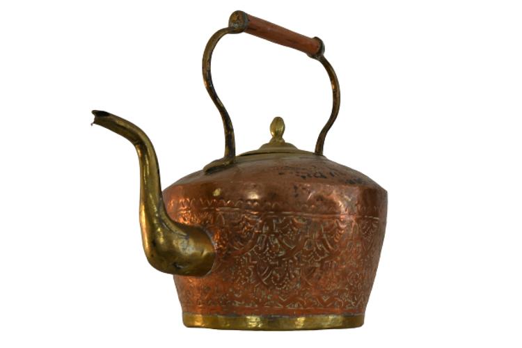 Théière orientale très ouvragée en cuivre rose et aux motifs décoratifs
