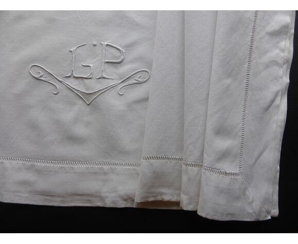 Drap ancien en métis blanc brodé du monogramme GP+jours échelle-227x296cm