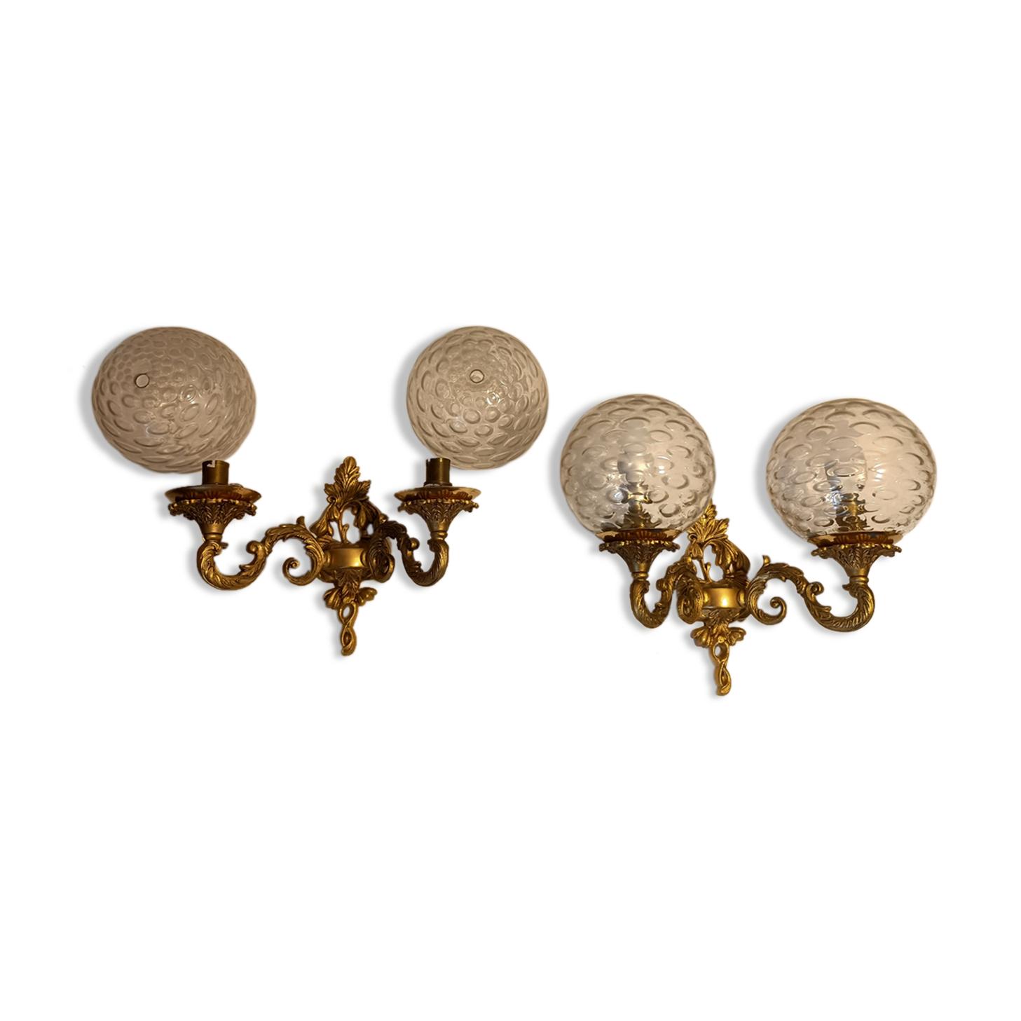 Paire d'appliques en bronze doré de style Restauration, globes en verre. 1960.