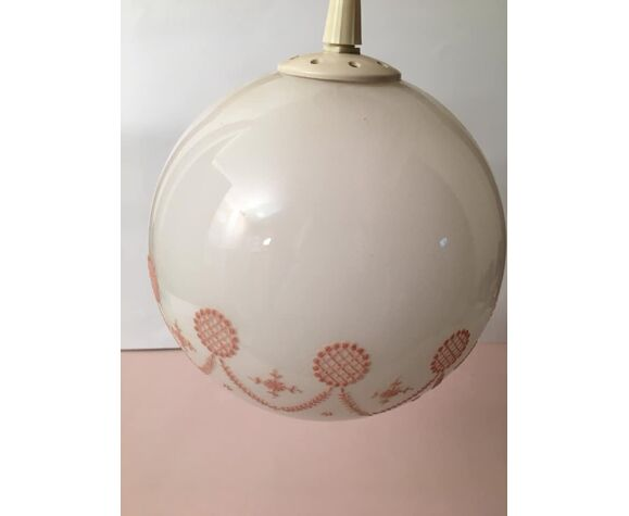 Suspension avec globe boule blanc et motifs roses