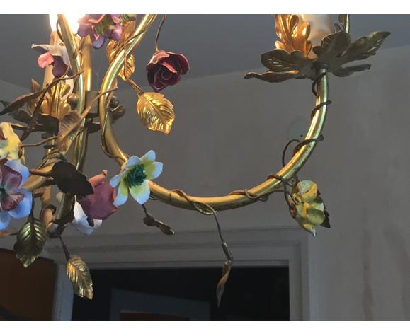 Lustre en métal doré avec des fleurs
