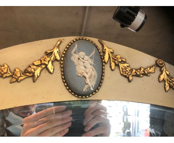 Miroir ovale art déco doré à la feuille d'or décor Louis XVI et camé médaillon 75x49cm