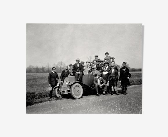 Photographie d'une Renault 6CV avec 23 admirateurs dont un prêtre