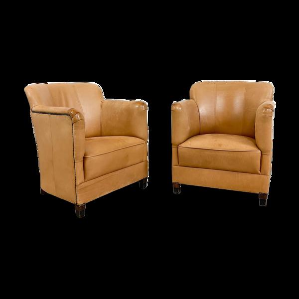 Deux fauteuils en cuir de mouton brun clair