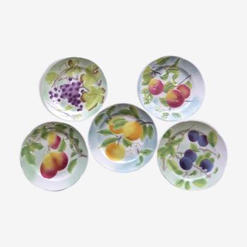 5 assiettes à dessert anciennes à décor de fruits en barbotine de saint clément