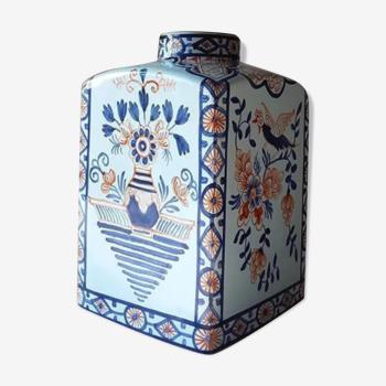 Vase bleu en céramique d'inspiration chinoise