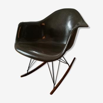 Rocking chair par Charles et Ray Eames  fibre de verre