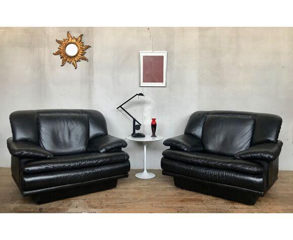 Paire de fauteuils chauffeuses en cuir noir 1980