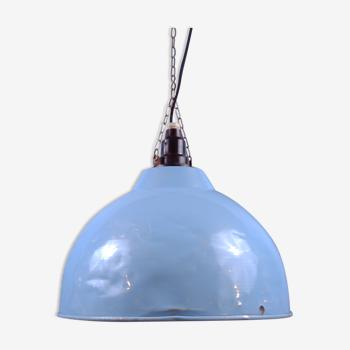 Pendentifs industriels, lampes de chauffage agricole converties.