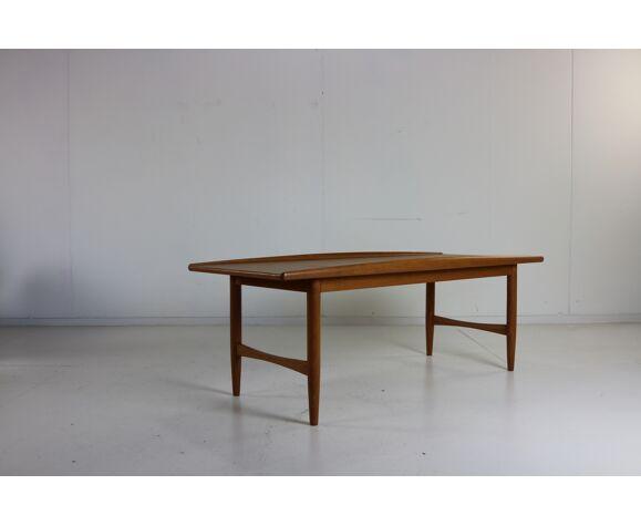Table basse danoise de teck de conception avec un bord longitudinal