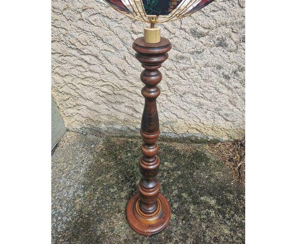 Lampadaire en bois tourné et abat-jour métal fleuri