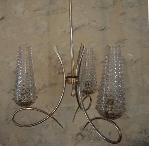 Lustre en laiton et ses 3 branches avec ses globes en verres tronconiques en verres ciselés des anné