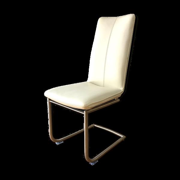 Chaise cuir blanc et piètement en métal