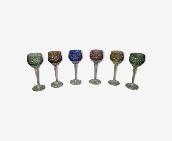Ensemble de verres en cristal colorés