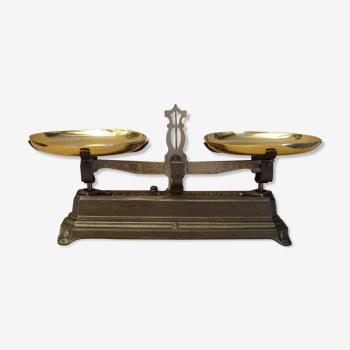 Ancienne balance force 2 kg type roberval plateaux laiton