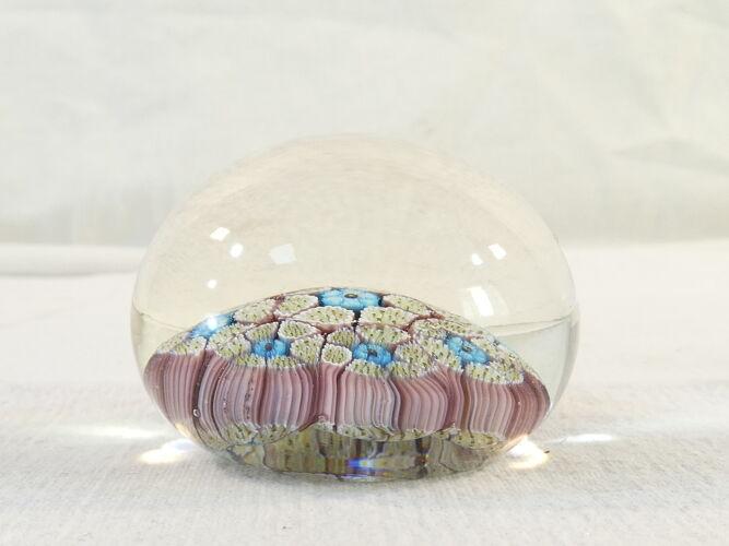 Ancien Sulfure / Presse-Papier motif floral bleu et mauve sur fond creme