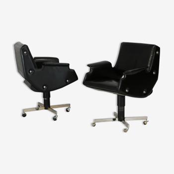 Paire de fauteuils pivotants, simili-cuir et acier, Italie, circa 1960.