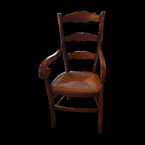 Fauteuil avec accoudoirs en bois et assise en rotin