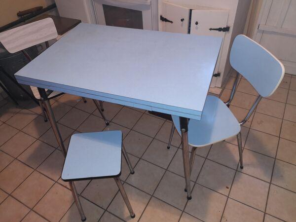 Table formica avec 2 chaises et un tabouret