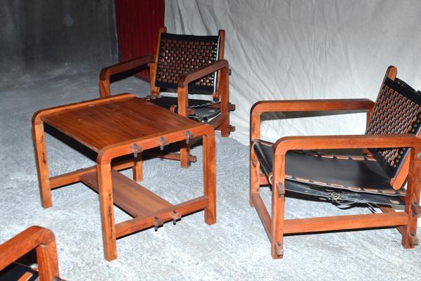 Ensemble de 4 fauteuils et une table basse en Bunbinga et cuir