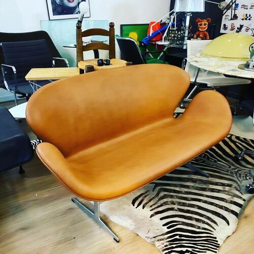 Swan sofa in leather design Arne Jacobsen edition Fritz Hansen