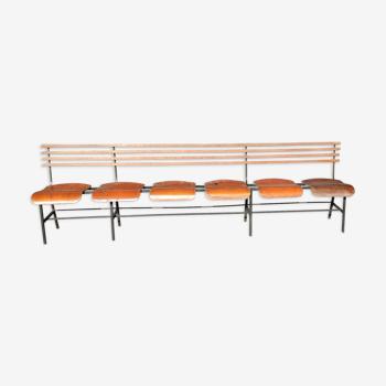 Rangée de sièges banc vintage réunion salle d'attente