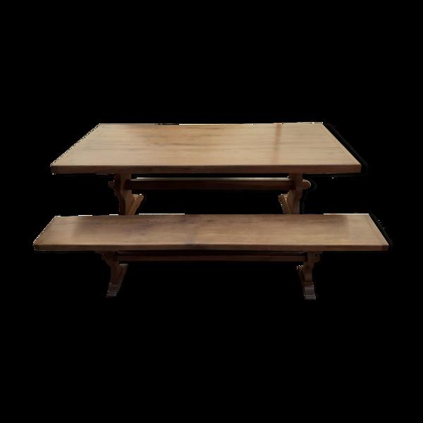 Table de ferme avec le banc