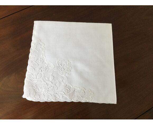 Serviettes assorties à nappe en dentelle de la marque dognuin