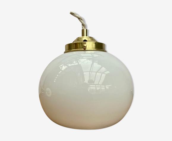 Suspension globe vintage en opaline blanche