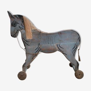 Cheval en bois sur roulettes - art populaire