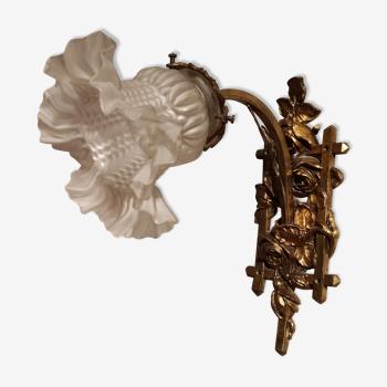Applique art nouveau avec décor de roses en laiton et tulipe en verre moulé