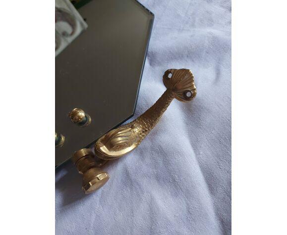 Miroir à décor de dauphins en laiton et verre biseauté