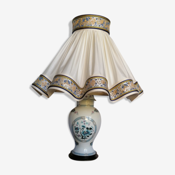Lampe en porcelaine de Limoges et son abat-jour juponné