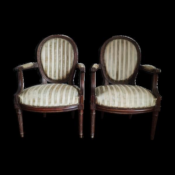 Paire de fauteuils médaillon cabriolet de style Louis XVI