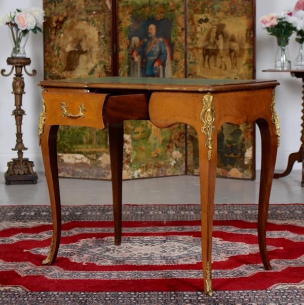 Table à écrire en bois doré et noyer Louis VI