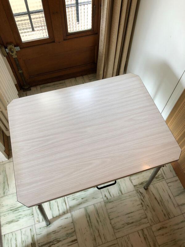Table et tabouret en formica bleu