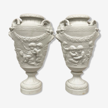 Paire de vases en biscuit de porcelaine