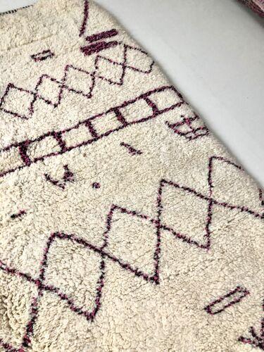 Tapis berbère marocain Beni Ouarain à motifs rose et noir 2,43x1,64m