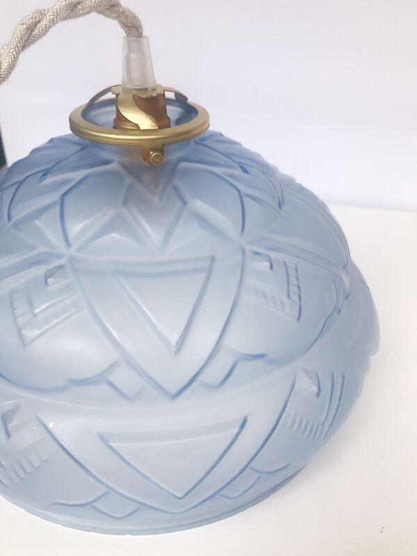 Suspension motif art deco bleu verre moulé pressé