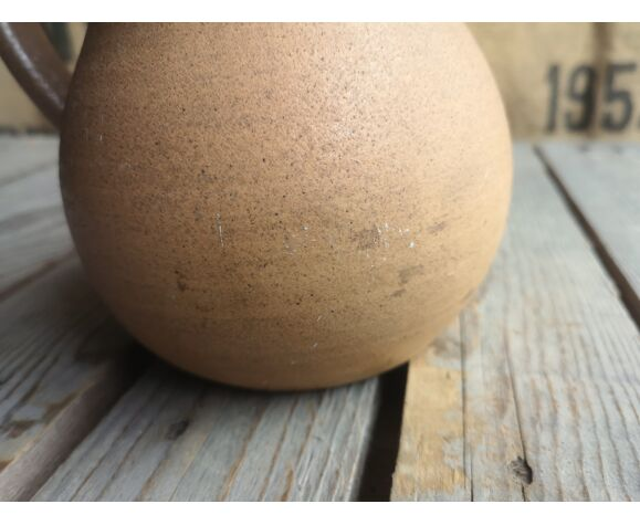 Pichet en grès marron avec bec verseur