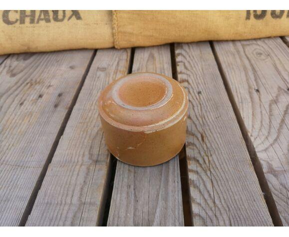 Tasse en grès marron avec taches blanches
