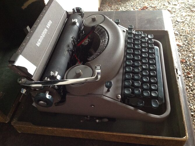 Machine à écrire Remington et son coffret excellent etat