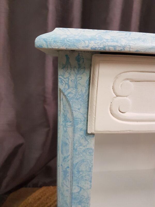 Table de chevet basse, 1 tiroir, niche, relooké blanc et bleu